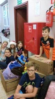élèves avec des paquets plein de nourriture pour chiens et chats