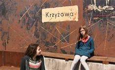 Kreisau in Polen. Zwei Mädchen vor einer Erinnerungstafel