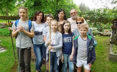 Groupe d'élèves et d'adultes dans un cimetière