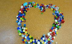 Des bouchons, couvercles, capsules formant un coeur