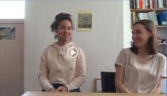 Film: zwei Mädchen erzählen vor der Kamera