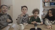 Groupe d'enfants devant un micro