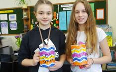 zwei Mädchen mit Sammelbüchsen