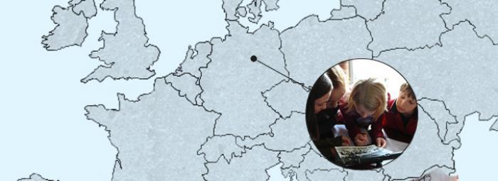 Carte de l'Europe avec des élèves d'aujourd'hui regardent une photo de classe de 1935