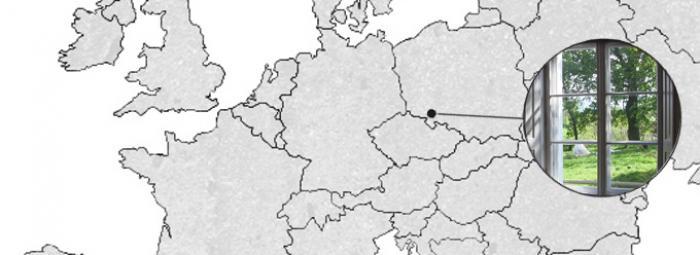 Carte de l'Europe avec (Kreisau) Krzyżowa, dans le sud de la Pologne. Vue d'une fenêtre du châlet