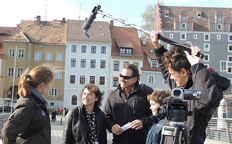 Młodzi reporterzy w trakcie wywiadu