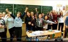 Uczniowie pod tablicą szkolną