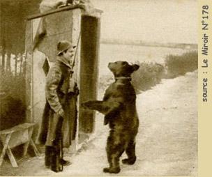 Rosyjski żołnierz z niedźwiedziem