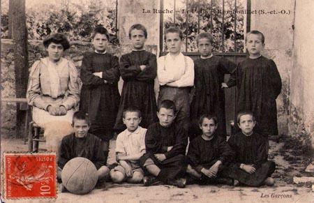 Foto der Schüler mit Lehrerin. La Ruche, ein modernes Internat in Frankreich vor 100 Jahren