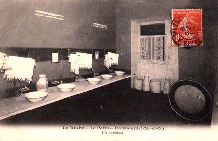 Waschbecken. La Ruche, ein modernes Internat in Frankreich vor 100 Jahren
