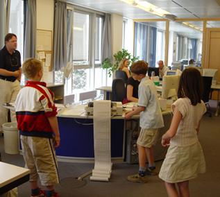 Les journalistes du Grand méchant loup découvrent les bureaux de l'AFP avec Clemens Wortmann.